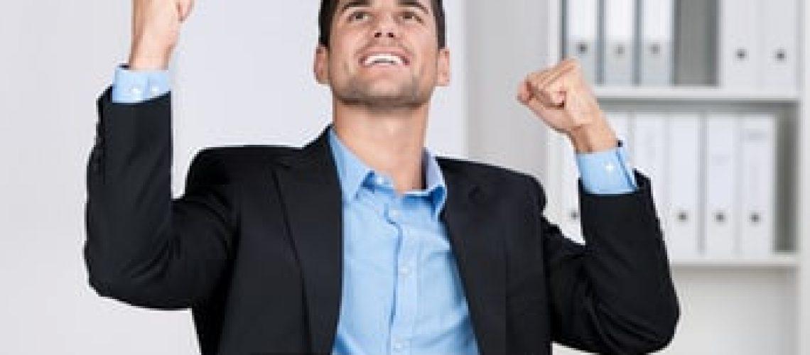 erfolgreicher geschäftsmann jubelt